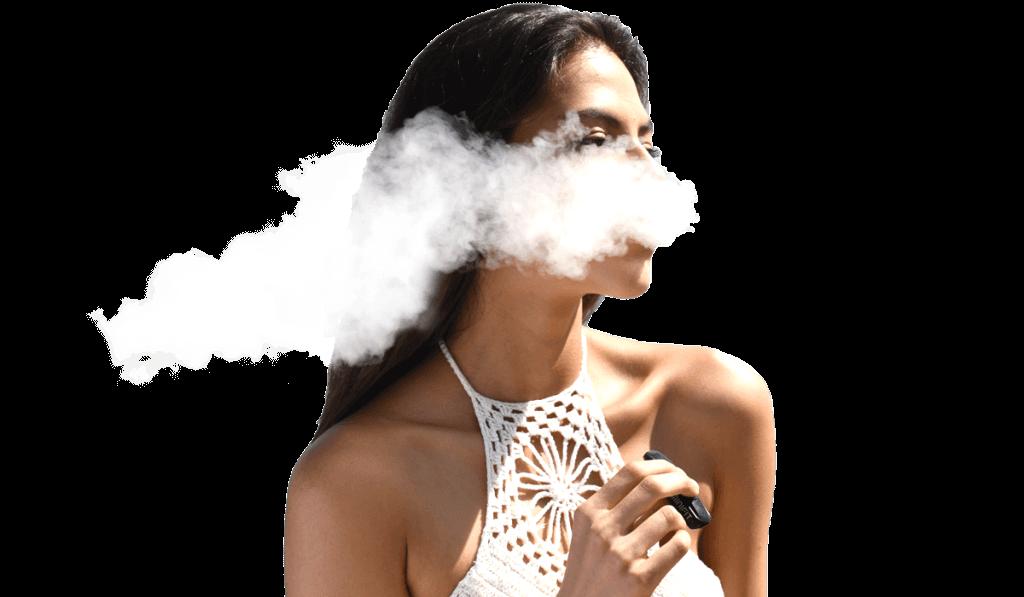 Mladá žena vapuje elektronickú cigaretu